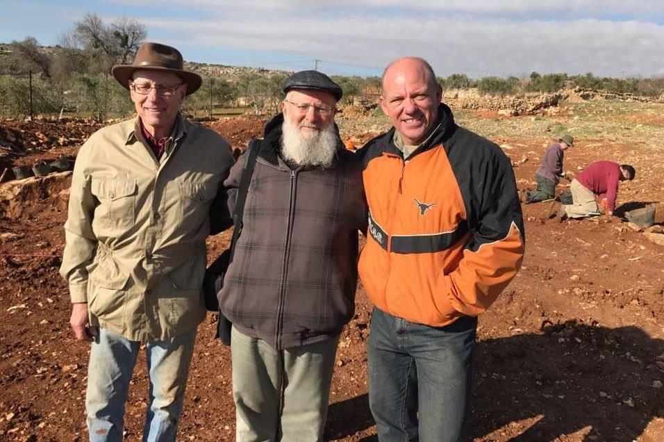 L'archéologue Scott Stripling ( à droite), aux côtés du Prof. Yoel Elitzur, un habitant d'Ofra (au centre), et de l'archéologue Bryant Wood sur le site des fouilles de Khirbet el-Maqatir en 2017 (Crédit : Abigail Leavitt)