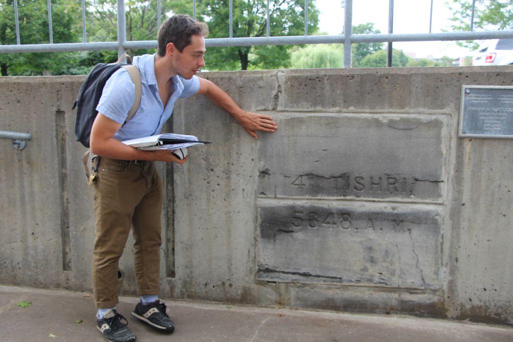 Une pierre de la synagogue espagnole et portugaise, l'un des arrêts de la visite de l'histoire séfarade de Montréal, organisée par le musée juif de la ville. (Crédit : autorisation)