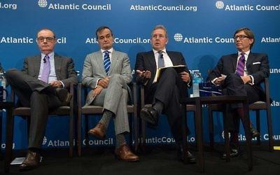 """Kim Darrouch, 2e à gauche, ambassadeur britannique aux Etats-Unis, avec ses collègues, l'ambassadeur français Gérard Araud, 2e à droite, l'ambassadeur allemand Peter Wittig, à droite, et l'ambassadeur de l'UE, à gauche, pendant un débat sur """"l'Europe et l'accord iranien sur le nucléaire"""" au Conseil de l'Atlantique, le 25 septembre 2017. (Crédit : Nicholas Kamm/AFP)"""