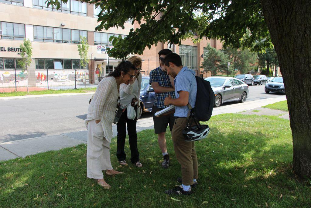 L'un des arrêts de la visite de l'histoire séfarade de Montréal, organisée par le musée juif de la ville. (Crédit : autorisation)