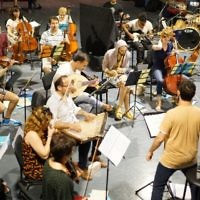 Une répétition de l'orchestre de Jérusalem Est-Ouest. (Crédit : Gil Rouvio/Mekudeshet)