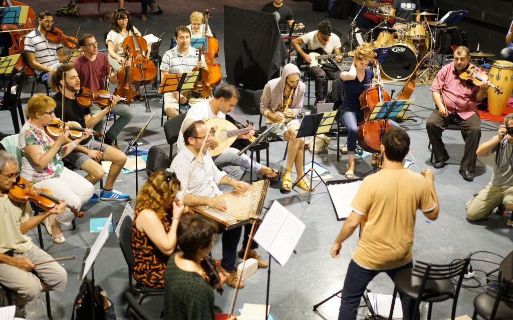 Une répétition de l'orchestre de Jérusalem Est-Ouest (Crédit : Gil Rouvio/Mekudeshet)