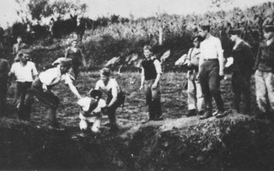 Une milice d'Oustachis près d'un charnier aux abords du camp de concentration de Jasenovac. (Domaine public)