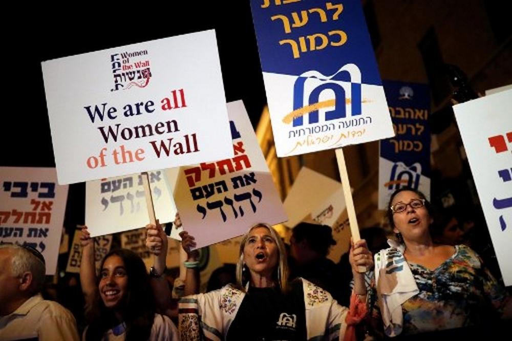 Manifestation devant la résidence du Premier ministre Benjamin Netanyahu contre le gel de l'accord sur la prière mixte au mur Occidental, à Jérusalem, le 1er juillet 2017. (Crédit : Thomas Coex/AFP)