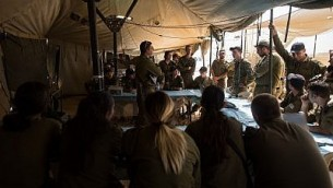 Des soldats se préparent pour l'exercice le plus important mené par l'armée depuis 20 ans, le 4 septembre 2017. (Crédit : armée israélienne)