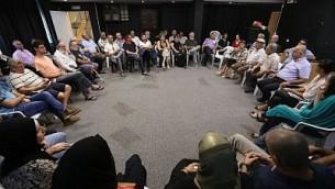 Les dirigeants communautaires juifs et musulmans, y compris les imams et les rabbins, ainsi que l'adjoint au maire de Umm al-Fahm, Bilal Dahar et le député Yousef Jabarin (Liste arabe unie), lors d'un rassemblement dans la galerie d'art Umm al-Fahm pour la réunion de Tag Meir (Crédit : Yossi Zamir / Tag Meir)