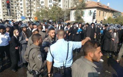 Manifestation de Juifs ultra-orthodoxes contre le service militaire, à Jérusalem, le 17 septembre 2017. (Crédit : police israélienne)