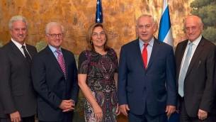 Le Premier ministre Benjamin Netanyahu, au centre, avec des responsables de la communauté juive américaine à New York, le 17 septembre 2017. (Crédit : Avi Ohayun/GPO)