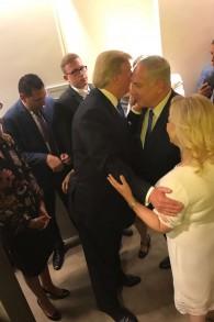Donald Trump accueille Benjamin Netanyahu avant son discours pour la 72ème Assemblée générale de l'ONU à New York, le 19 septembre 2017. (Crédit : GPO)