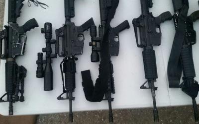 Armes illégales saisies par l'armée israélienne à Naplouse, en Cisjordanie, le 20 septembre 2017. (Crédit : armée israélienne)
