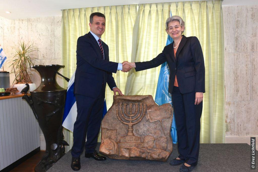 L'ambassadeur israélien à l' UNESCO, Carmel Shama-Hacohen, avec la directrice-générale de l'agence culturelle Irina Bokova, le 26 septembre 2017 (Crédit : Erez Lichtfeld)