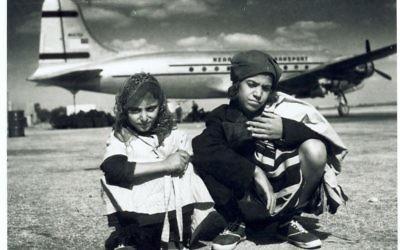 Enfants yéménites arrivés en Israël grâce à l'opération Tapis volant, devant un avion d'Alaska Airlines. (Crédit : AJM)