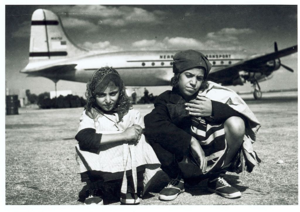 Des enfants qui avaient quitté le Yémen par un pont aérien lors de l'opération Tapis volant devant un avion d'Alaska Airlines (Autorisation : AJM)