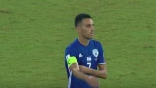 Eran Zahavi, capitaine de la sélection israélienne, enlève son brassard pendant un match de qualification contre la Macédoine pour la Coupe du Monde de football, à Haïfa, le 2 septembre 2017. (Crédit : capture d'écran Kan)