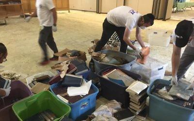 Les bénévoles israéliens de ZAKA aident à nettoyer une synagogue à Houston, au Texas, après le passage de la tempête Harvey, le 3 septembre 2017 (Crédit : Joshua Wander)