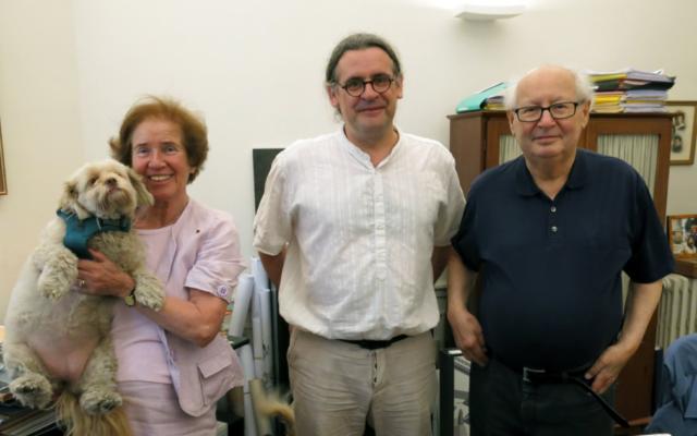 Stéphane Amelineau, le professeur-documentaliste, entouré des époux Klarsfeld à qui il est venu présenter son ouvrage (Crédit: capture d'écran Twitter/Stéphane Amelineau)