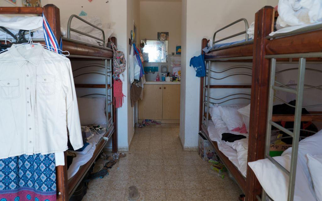 L'une des chambres du dortoir du campus du séminaire d'Ofra, où vivent des évacués de l'avant-poste illégal d'Amona, à Ofra, le 28 août 2017. (Crédit : Luke Tress/Times of Israël)