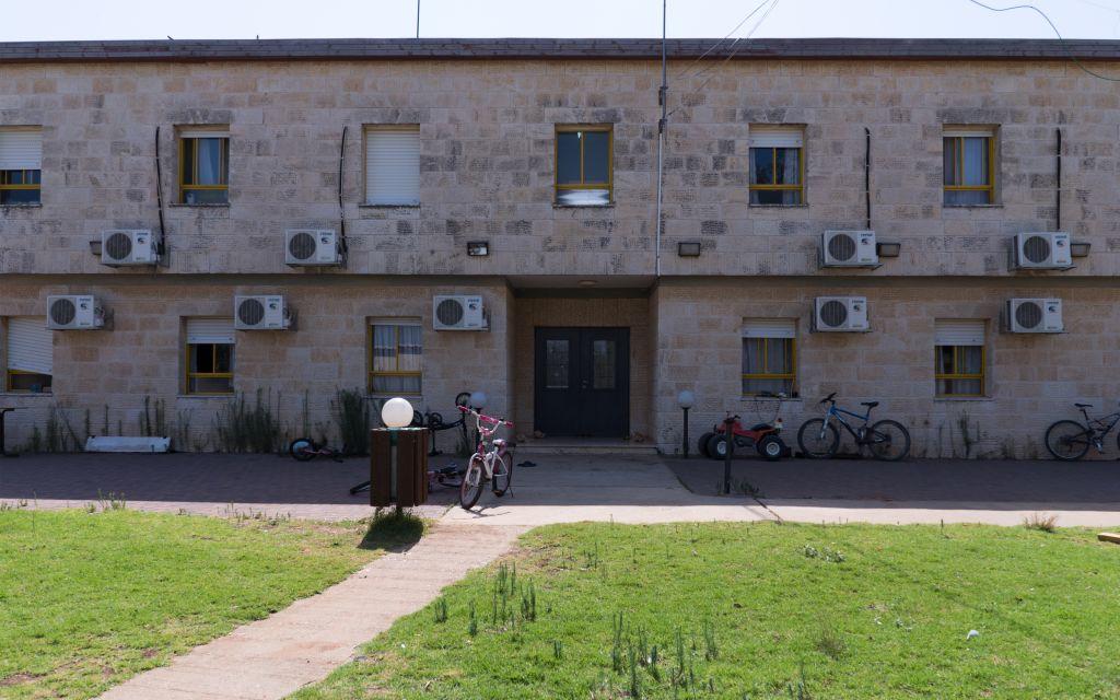 Le dortoir du campus du séminaire d'Ofra, où vivent des évacués de l'avant-poste illégal d'Amona, le 28 août 2017. (Crédit : Luke Tress/Times of Israël)