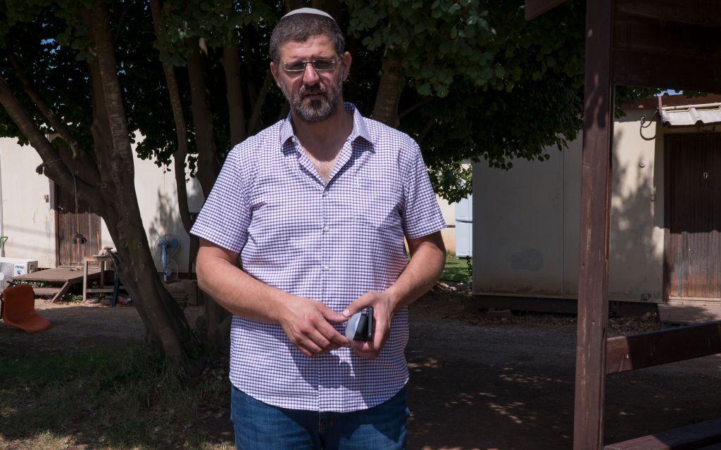 Avichai Boaron, porte-parole des évacués de l'avant-poste illégal d'Amona, le 28 août 2017. (Crédit : Luke Tress/Times of Israël)