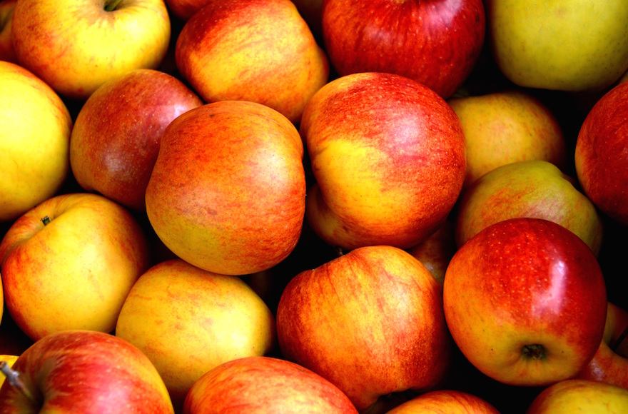 Des pommes râpées avec de l'eau de rose constituent cette boisson iranienne (Crédit :Pexels/via JTA)