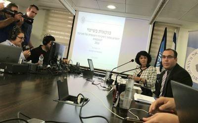 Hedva Ber, superviseuse des banques à la Banque d'Israël, à l'extrémité, à droite, lors d'une conférence de presse à Tel-Aviv, le 24 mai 2017 (Crédit : Autorisation Shoshanna Solomon)