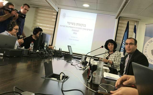 Hedva Ber, superviseuse des banques à la Banque d'Israël, (à droite), lors d'une conférence de presse à Tel-Aviv, le 24 mai 2017 (Crédit : Autorisation Shoshanna Solomon)