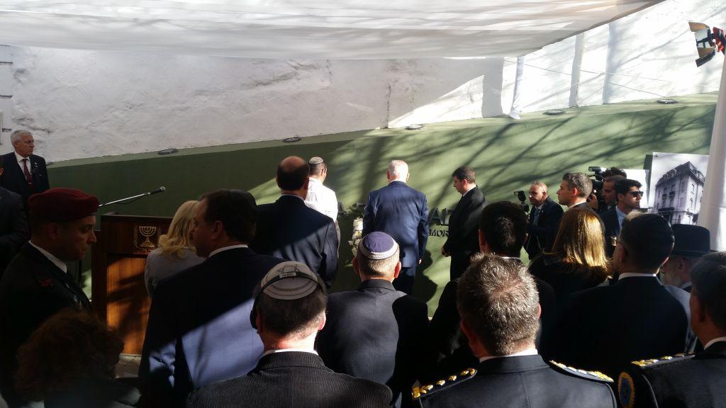 Le Premier ministre Benjamin Netanyahu, au centre, au mémorial des victimes de l'explosion survenue à l'ambassade israélienne de Buenos Aires le 11 septembre 2017 (Crédit : Raphael Ahren/Times of Israel)
