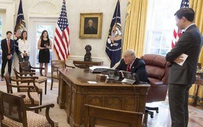 Le président américain  Donald Trump lors d'une conférence téléphonique avec les dirigeants juifs à l'approche de Rosh Hashana, le 15 septembre 2017. (Crédit : Maison Blanche)