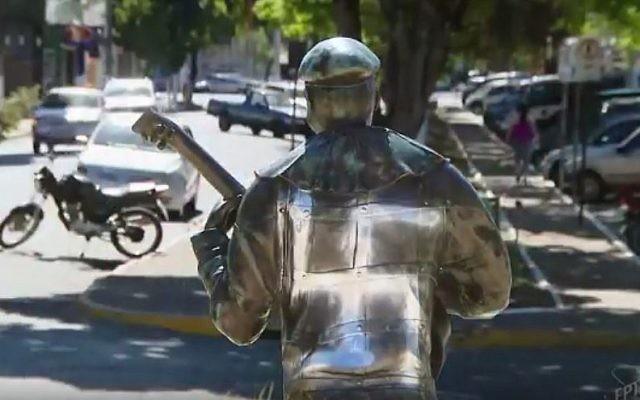Une statue de Benjamin de Oliveira, le premier clown noir du Brésil, vandalisée par une croix gammée à Para de Minas, le 6 septembre 2017. (Crédit : capture d'écran YouTube)