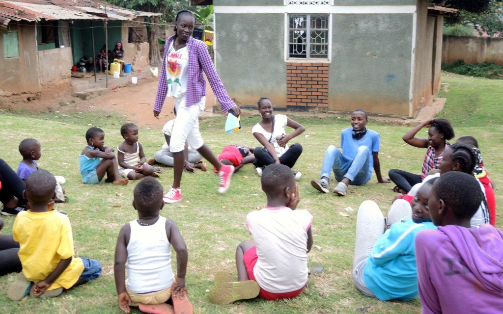 Les élèves de Come True, qui ont été expulsés d'Israël, organisent une journée de jeux dans un orphelinat de Kampala le 1er septembre 2017 (Crédit :  Melanie Lidman/Times of Israel)