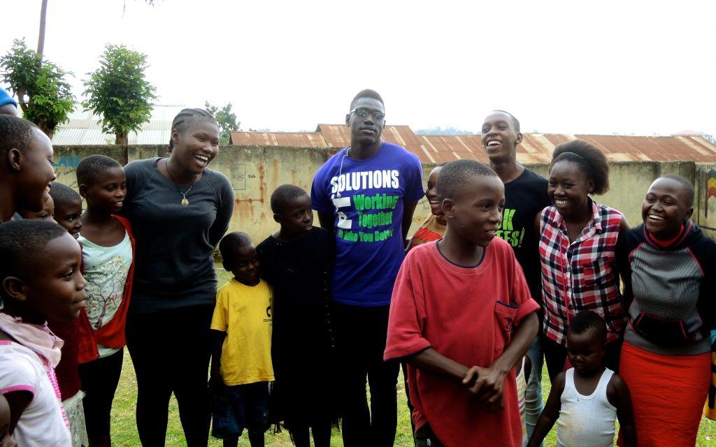 Christina Philip Batista, à gauche, a fait en sorte que les étudiants de Come True puissent faire un travail bénévole auprès des orphelins de Kampala, le 1er septembre 2017, aux côtés d'Atoch Amos (absent de la photo). Les deux étaient des migrants du sud-Soudan et ont été expulsés d'Israël (Crédit : Melanie Lidman/Times of Israel)