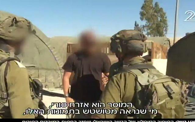 Un commandant rebelle syrien parle aux soldats israéliens en rendant un aigle perdu en septembre 2017 (Crédit : Capture d'écran Deuxième chaîne)