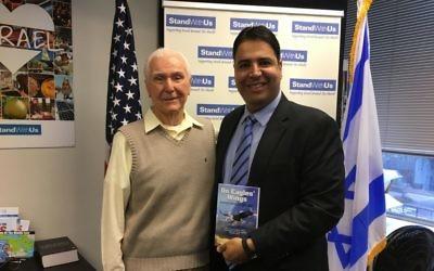 Le capitaine à la retraite Elgen Long et Shahar Azani, administrateur de StandWithUs, région du nord. Les grand-parents et le père d' Azani ont été sauvés par le pont aérien mis en place depuis le Yémen lors de l'opération Tapis volant (Crédit : Cathryn J. Prince/Times of Israel)