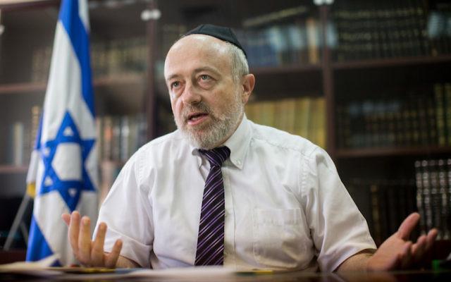 Le directeur de l'administration des tribunaux rabbiniques Shimon Yaakovi durant un entretien dans son bureau de Jérusalem, le 27 juillet 2015 (Crédit :  Yonatan Sindel/Flash90/via JTA)