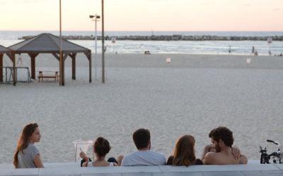 Les Israéliens profitent de la plage de Tel Aviv pendant Yom Kippour, le 4 septembre 2014 (Crédit : Danielle Shitrit / Flash 90 / via JTA)