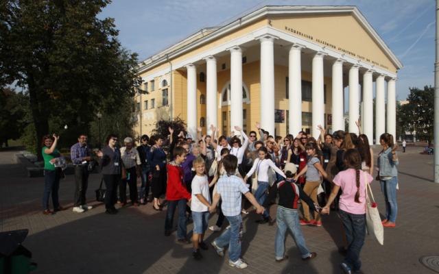 Les participants à la conférence d'apprentissage juif Limmud FSU en Biélorussie posent pour une photo de groupe devant le Musée national des beaux-arts de Vitebsk, le 9 septembre 2014 (Crédit : Yossi Aloni / via JTA)