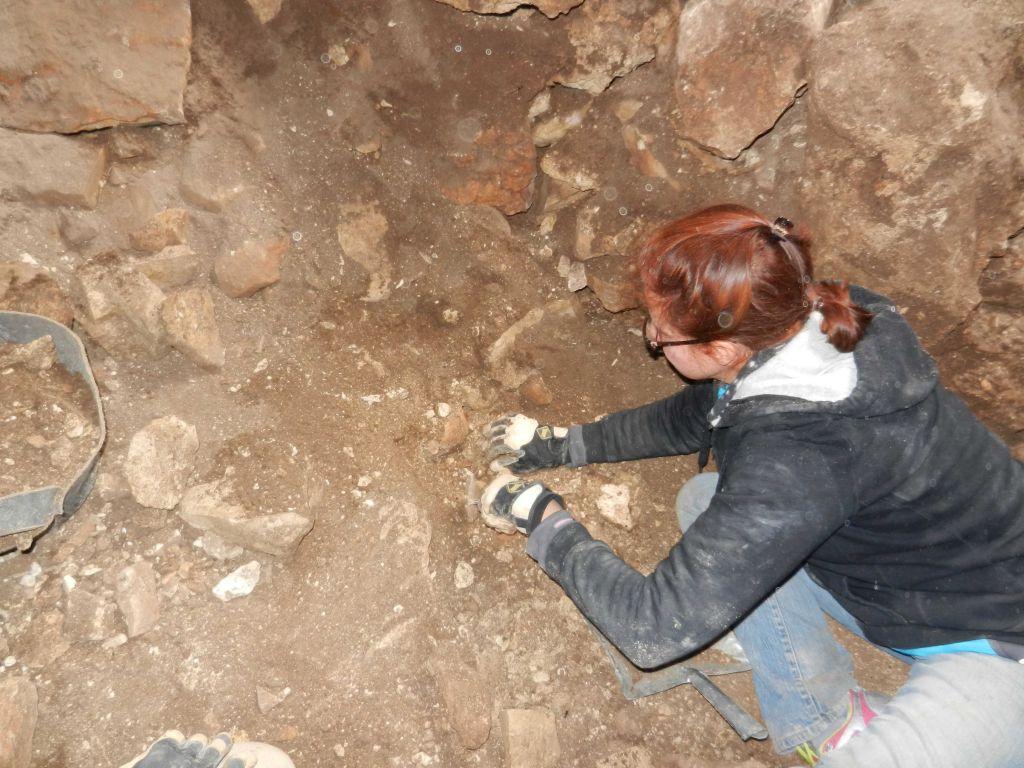 Dans la première grotte, où cinq des squelettes ont été découverts (Crédit : Steven Rudd)