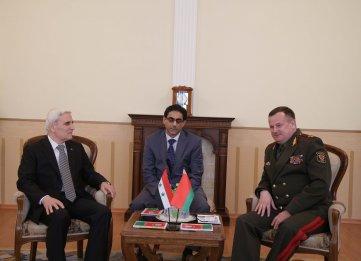 Le ministre de la Défense de Biélorussie, le général Andrei Ravkov, à gauche, avec l'ambassadeur syrien Bassam Abdul Majid, à gauche, et l'attaché de la défense syrien, le général Samer Arnus, le 11 avril 2016 (Crédi : Ministère de la Défense de Biélorussie)
