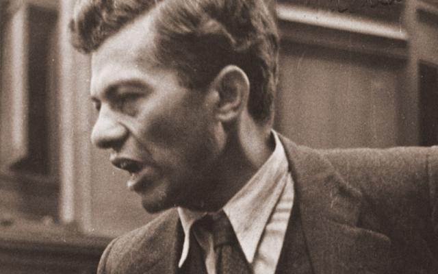 Mike Gold, nom de plume du juif fervent communiste Itzok Isaac Granich, auteur de 'Juifs sans argent', en train haranguer la foule dans les années 30 (Crédit: libre de droit)