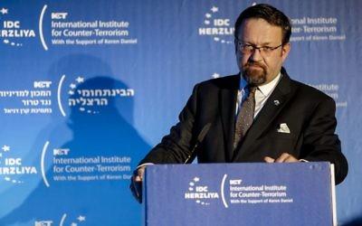 L'ancien conseiller du président américain Donald Trump, Sebastian Gorka prononce le discours d'ouverture de la conférence de 'Institut international pour la Recherche sur le Terrorisme,  à Herzliya le 11 septembre 2017. (Crédit : Institut international pour la Recherche sur le Terrorisme )