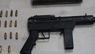 Les armes saisies par la police, le 10 septembre 2017, pendant une descente de police sur des membres du crime organisé. (Crédit : unité du porte-parole de la police)