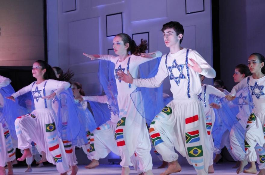 Des jeunes juifs dansant au centre Hebraica de Rio de Janeiro. (Autorisation du centre Hebraica de Rio)