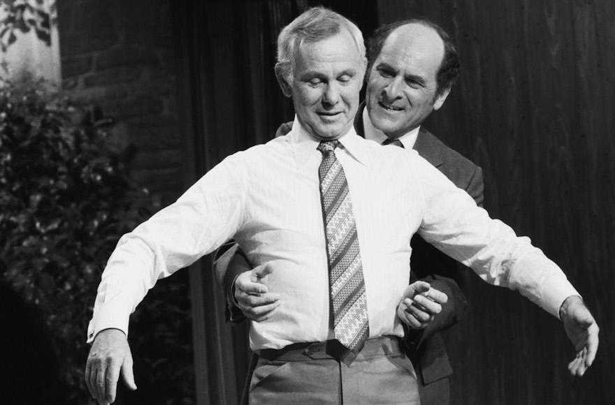 Henry Heimlich faisant la démonstration de sa célèbre manoeuvre éponyme sur Johnny Carson, le 4 avril 1979 (Crédit : Gene Arias/NBCU Photo Bank/JTA)