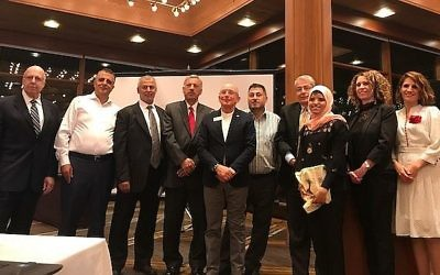 Les fondateurs du Palestinian Students Scholarship Fund avec Ron Robin, et Mouna Maroun, Sheren Falah et Dima Ghazali, anciens bénéficiaires de la bourse, à Chicago, en septembre 2017. (Crédit : autorisation)