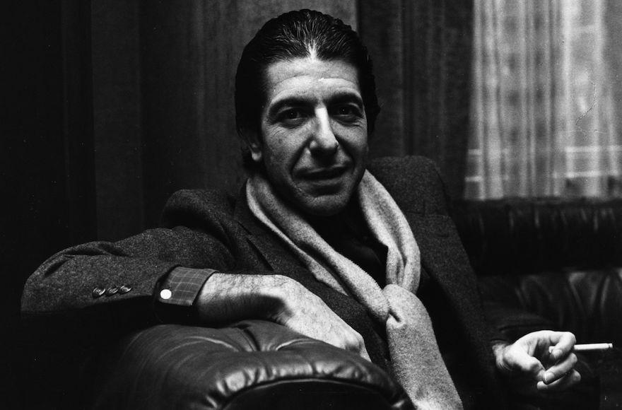 L'auteur-compositeur de musique folk canadien Leonard Cohen, solennel, partage toutefois une plaisanterie en fumant une cigarette (Crédit : Evening Standard/Getty Images/JTA)