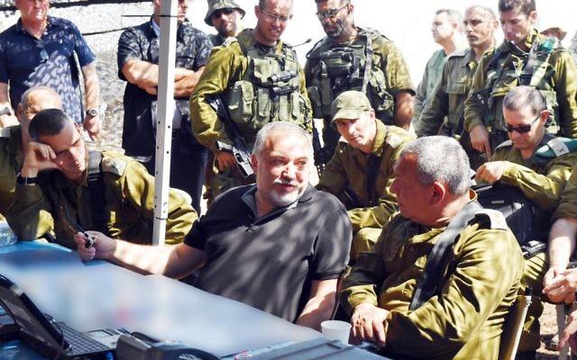 Avigdor Liberman, ministre de la défense, au centre, avec le chef d'état major Gadi Eizenkot et le général Yoel Strick, lors d'une visite d'un important exercice de l'armée, dans le nord d'Israël, le 12 septembre 2017. (Crédit : Ariel Hermoni/Ministère de la Défense)