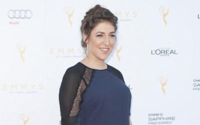 Mayim Bialik lors de la 67ème cérémonie des Emmy Awards à Beverly Hills, en Californie, le 19 septembre 2015 (Crédit : Lily Lawrence/Getty Images via JTA)