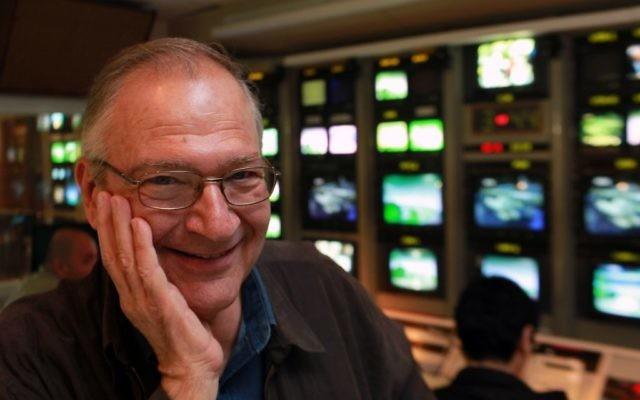 Daniel Peer, figure historique des médias israéliens, décédé le 28 septembre 2017 après un AVC, photographié dans un studio de la télévision publique israélienne à Jérusalem, le 31 janvier 2010. (Crédit : Kobi Gideon/Flash90)