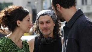 """Ziad Doueiri, au centre, avec les acteurs Ali Suliman, à droite, et Raymond Amsalem, à gauche, sur le plateau de """"L'Attentat"""". (Crédit : autorisation de  Ziad Doueiri)"""