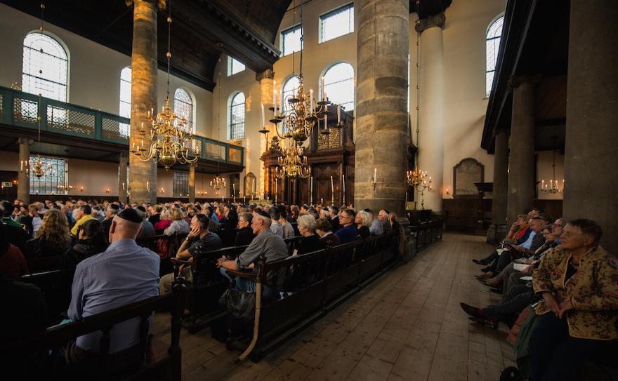Les spectateurs d'un concert de jazz organisé à la Synagogue portugaise d'Amsterdam, le 17 août 2017 (Crédit : Cnaan Liphshiz/JTA)